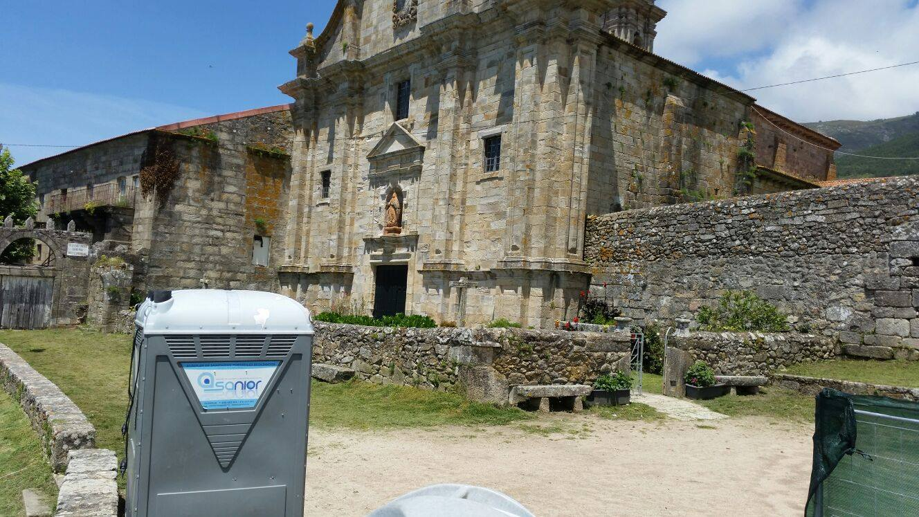 Baños portátiles en el Mosteiro de Santa María de Oia